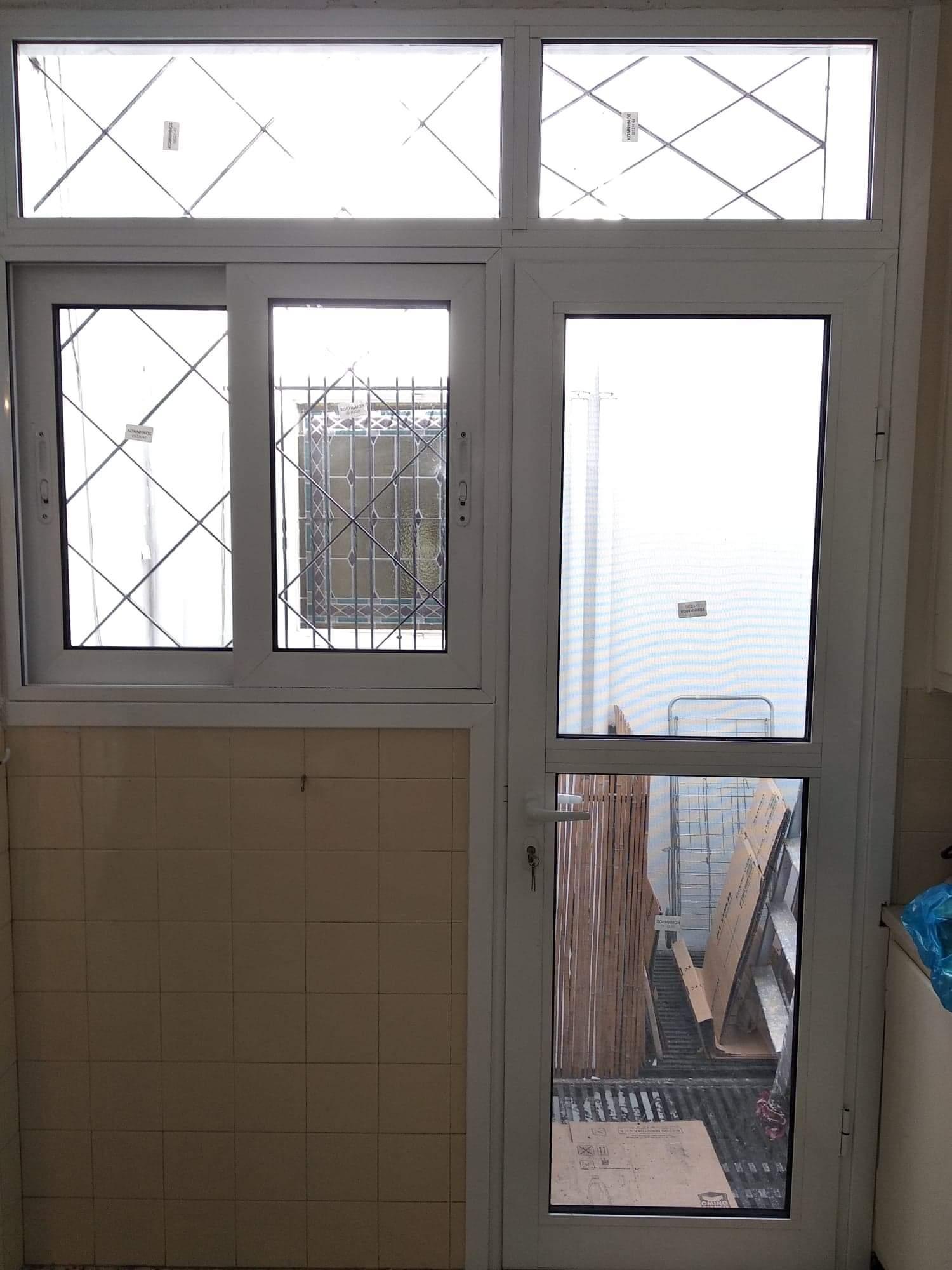 Πόρτα κουζίνας αλουμινίου με παράθυρο