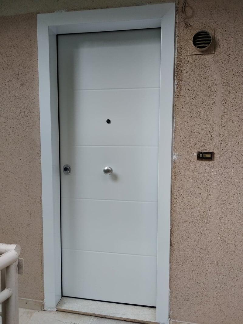 πόρτα ασφαλείας με λευκή επένδυση αλουμινίου